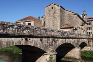 Iglesia de Santiago y puente que salva el río Sar, en Padrón