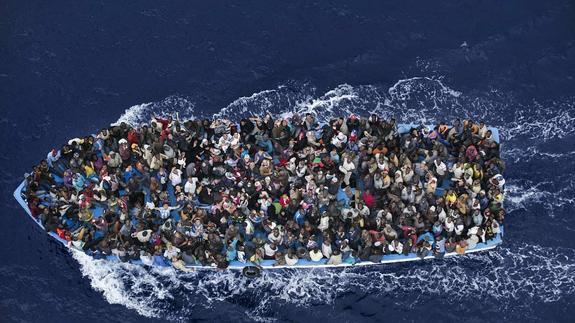 Refugiados a 32 kms de Libia antes de ser rescatados por fragata italiana Foto:Massimo Sestini