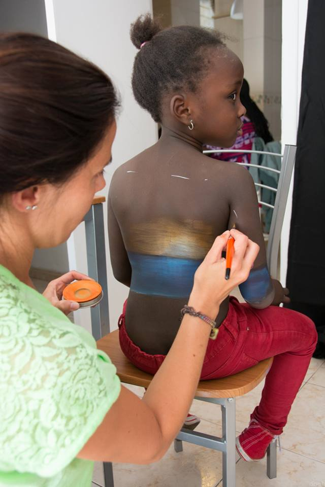 Migrantes chicas espalda pintando