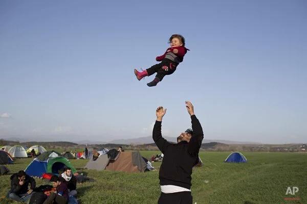 Refugiados Niño y padre jugando