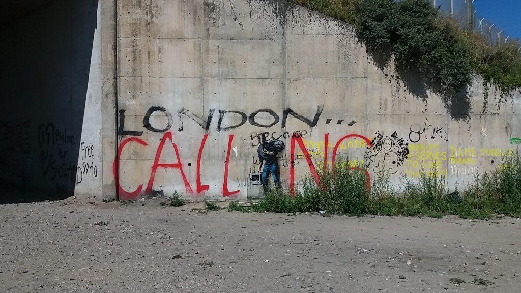 El grafitero británico Banksy dejó su huella en Calais recordando a Steve Jobs, cuyo padre biológico emigró desde Siria hasta USA en el pasado. Foto: AC