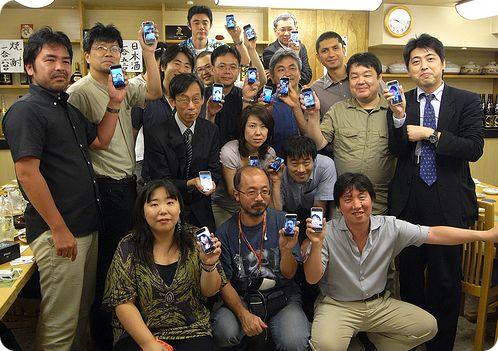 Japoneses con sus smartphones. Les gustan los iPhones, como a todos